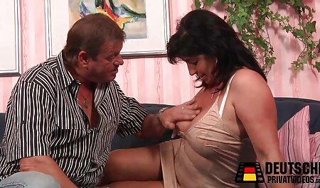 A barna szereti ugratni a pornó filmek magyarul teljes kamerát, miközben izgatott.