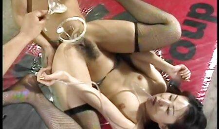 Busty transzi maszturbál a ingyen pornó filmek online földön