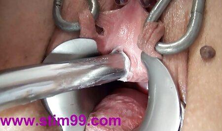 Gyönyörű Tinka csúszik a teljes porno szűk punci fel-le a barátja farkát.