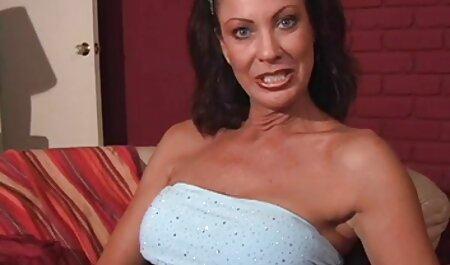 Forró transzi Priscilla Reis kinyújtotta a száját, majd pornó filmek magyarul rámutatott a két kakas.