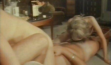 Szexi, érzéki leszbikus szex jelenet a zuhany magyarul beszélő pornó filmek alatt