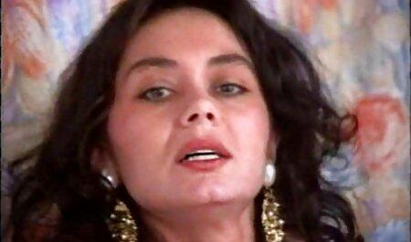 Egy gyönyörű lány szar közvetlenül tejes porno film a kamera előtt.