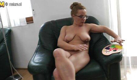 Egy jóképű szinkronizált pornó filmek srác maszturbál a szabadban.